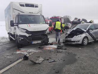 Vážna nehoda za Prešovom. Dodávka narazila do auta s troma deťmi