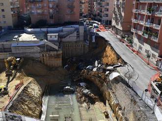Obrovské prepadlisko v centre Ríma. Autá skončili v masívnej jame