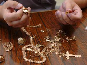Neznáma dvojica okradla dôchodkyňu v Nitre o šperky v hodnote 2000 eur