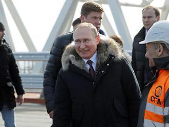 Putin: Cestná časť Krymského mosta je takmer dokončená