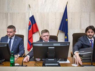 Kaliňák sedí ďalej vedľa Fica ako minister, dokončiť chce ešte bezpečnostnú agendu