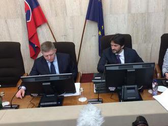 Napriek kríze zasadá vláda, prerokuje aj odchod z funkcie Viktora Stromčeka