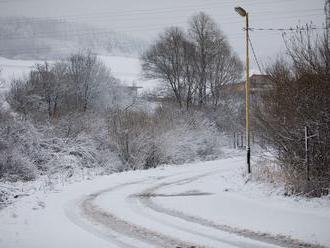 Na východe stále vystrája zima: Varovanie meteorológov, pozor na snehové jazyky