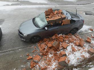 Snehová víchrica v Košiciach napáchala poriadne škody: FOTO Z auta razom kabriolet