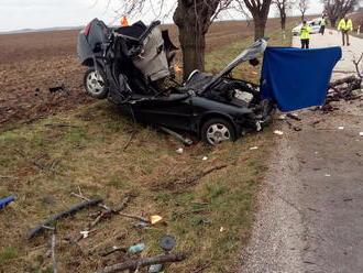 FOTO Tragédia pri Beladiciach: Auto dievčiny   skončilo v strome, na mieste zomrela