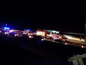 Diaľnicu D1 v smere do Bratislavy uzavreli. Dvaja mŕtvi a 7 zranených pri vážnej nehode