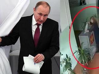 Opozícia tvrdí, že Putin vyhral nepoctivo. K dispozícii sú fotky aj videá