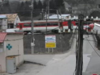 Zrážku vlaku s dodávkou pri Prievidzi zachytila bezpečnostná kamera