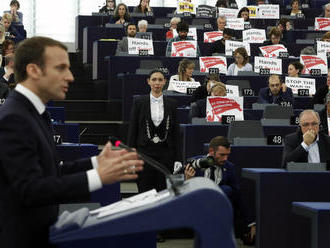 Macron v europarlamente bránil EÚ, chce viac peňazí pre štáty, ktoré prijímajú utečencov
