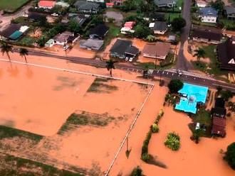 Mohutné záplavy a zosuvy pôdy zmenili havajský ostrov na oranžovú rieku