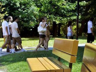 V Zlatých Moravciach osádzajú v parkoch nové lavičky a odpadkové koše