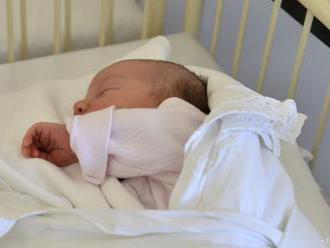 Dievčatko, ktoré sa narodilo matke s poškodeným mozgom, je už doma