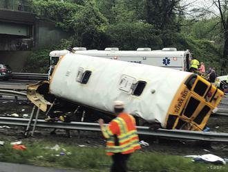 FOTO: V New Jersey sa školský autobus zrazil s nákladným autom
