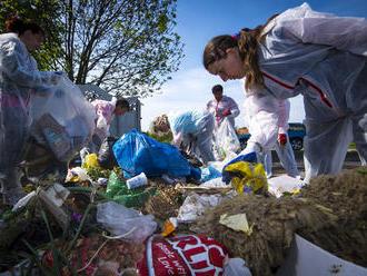 Prehrabali sme smeti v dedine, kde platia za odpad len päť eur ročne. Netriedia, našli sme lodičky,