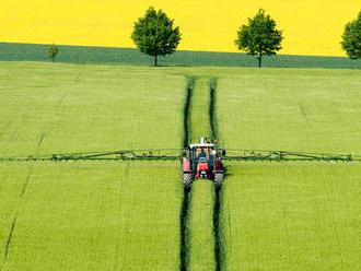 Prečo farmárov na poliach mlátia a prečo traktory blokovali cesty