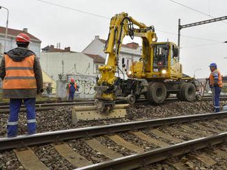 Kazachovia núkajú železniciam o 60 miliónov menej ako naše firmy, no štát znova pýta licencie, aké m