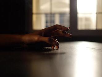 Dym z cigariet sa drží v kobercoch či na stenách celé roky. Kontakt s ním vedci volajú fajčenie z tr