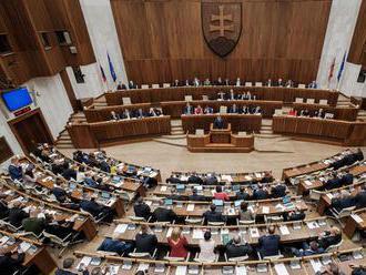 Vláda sťahuje návrh zákona o zmenách platov poslancov
