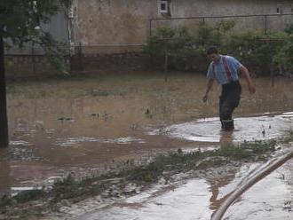 Voda po daždi zaplavila takmer celú dedinu. Ľudia sa brodili v bahne