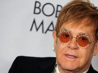Na kráľovskej svadbe zaspieva Elton John. Nebude to mať ale vôbec jednoduché