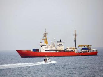 Vlny prinútili Aquarius k obchádzke: Migranti trpia morskou chorobou