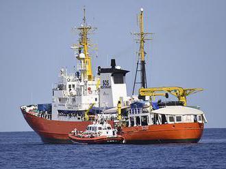 Vysoké vlny prinútili Aquarius k obchádzke – migranti trpia morskou chorobou