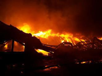 Hasiči zlikvidovali požiar veľkoskladu s farbivami a rozpúšťadlami vo Viedni