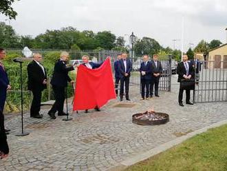 Koniec spodnej bielizne v politike, povedal Zeman a spálil červené trenírky