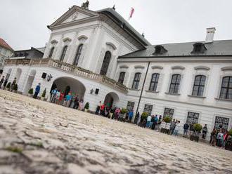 Brány Prezidentského paláca sa otvorili verejnosti, ľudí vítal Kiska