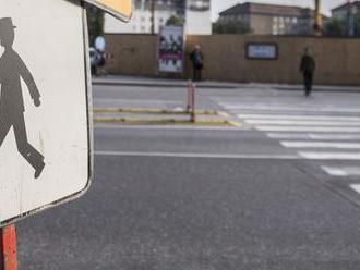 12-ročná školáčka prechádzala po priechode. Niekto ju zrazil a ušiel