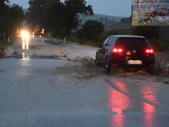 Slovensko zasiahli silné dažde: FOTO zaplavených obcí a ciest na Spiši, domy a dvory plné bahna
