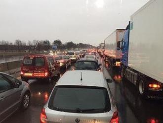 Na diaľnici D1 v smere do Bratislavy sa tvoria kolóny: Zaznamenané boli dve nehody