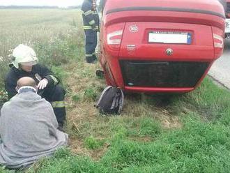 Hasiči opäť zasahujú: Havária a prevrátené auto na streche