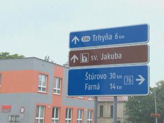 Kuriózna tabuľa v Želiezovciach. Odkazuje na dedinu, ktorá už 60 rokov neexistuje