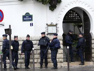Vo Francúzsku zadržali policajta, ktorý na videu bije väzňa