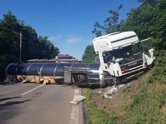 Pri dopravnej nehode v Šarišskom Štiavniku utrpel zranenia vodič kamióna
