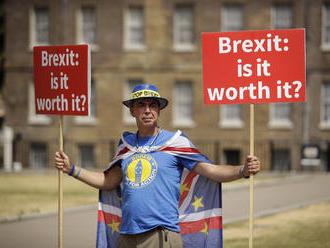 Odchod Británie z EÚ sa topí v chaose, Mayovú volajú zombie premiérka