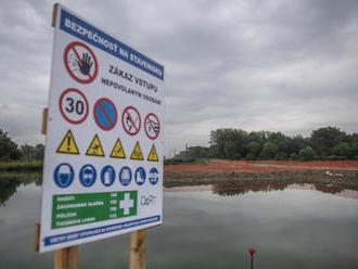 Polícia vyšetruje dve podozrenia, že pod bratislavský obchvat sa sype nebezpečný odpad