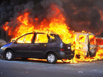 Ohnivá noc v Šalgočke pri Galante: Požiar dvoch áut, niekto ich úmyselne podpálil