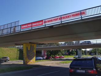 Homoši, preč z Bratislavy! FOTO Kontroverzná kampaň pobúrila hlavné mesto
