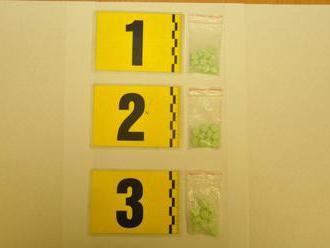 Polícia opäť zasahovala: FOTO Erik mal so sebou 30 tabletiek extázy, hrozí mu až desať rokov