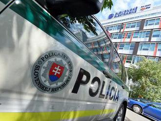 Desiatky policajtov zasahujú v Seredi v súvislosti s drogami