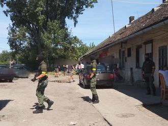 Policajti prehľadali v Seredi niekoľko bytov, dôvodom sú drogy