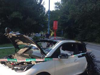 FOTO V Bratislave horel v noci elektromobil: Škoda vo výške 55-tisíc eur