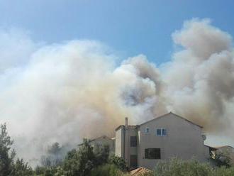 Veľký požiar pri chorvátskom Omiši vystrašil aj slovenských dovolenkárov