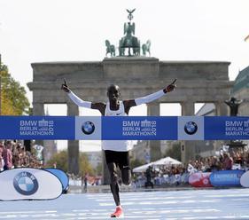 MARATÓNSKY REKORDMAN: Kipchoge zlepšil svetový rekord o 1:17 min