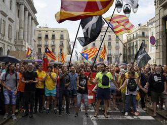 Polícia v Barcelone musela oddeliť od seba separatistov a unionistov