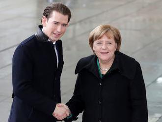 Kurz chce s Merkelovou hovoriť najmä o hraniciach EÚ a Afrike