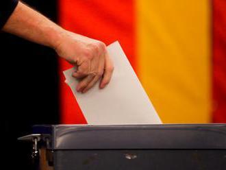 Konečné výsledky volieb vo Švédsku naznačujú politickú neistotu. Posilnila pozície protimigračných Š