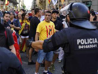 Španielska polícia musela držať v Barcelone od seba separatistov a unionistov